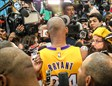 Kobe Bryant acosado por la prensa en el Media Day de Lakers