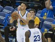 Stephen Curry lanza un triple ante Memphis