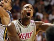 Chris Bosh intenta anotar una bandeja en un partido entre Miami Heat y Utah Jazz