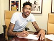 El nº 2 del draft de 2016, Brandon Ingram, firmando su contrato con Los Angeles Lakers