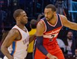 John Wall (Wizards) bota el balón ante la presión defensiva de Dion Waiters (Thunder)