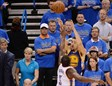 Klay Thompson lanza un triple por encima de Dion Waiters