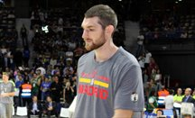 Tyler Zeller (derecha) calienta en Madrid con Boston