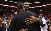 Chris Bosh abraza a LeBron James