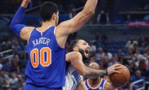Kanter defiende en un partido contra Orlando Magic