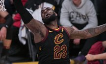 LeBron James logró 51 puntos ante Warriors