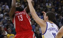 Houston sorprende a los Warriors a domicilio (121-122)