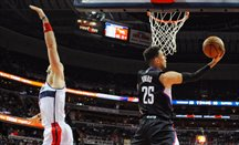Austin Rivers anota tras superar a Marcin Gortat