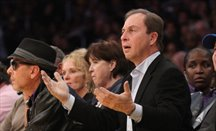 Joe Lacob asiste a un partido de Warriors