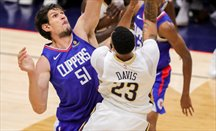 Anthony Davis anota en el partido ante Clippers