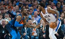 Embiid encara a Patterson anoche en el Thunder-Sixers
