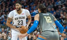 Anthony Davis superó la defensa de Steven Adams a lo grande