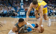 Brook Lopez lucha un balón con Westbrook en el Thunder-Lakers