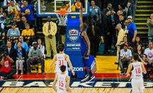 Kevin Durant hace un mate ante China en su debut en el Oracle Arena