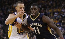 Jrue Holiday bota ante un pegajoso Stephen Curry