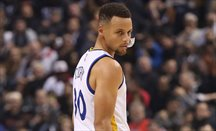 Warriors da un golpe en el Oeste tras ganar en Houston