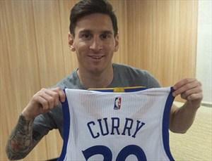 Leo Messi posa con la camiseta que le ha regalado Stephen Curry
