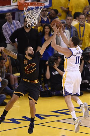 Klay Thompson ante Deron Williams en el 5º partido de las Finales