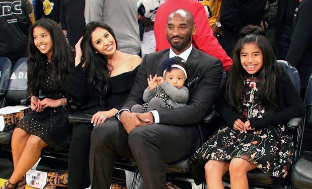 Kobe Bryant rodeado por su esposa y sus 3 hijas