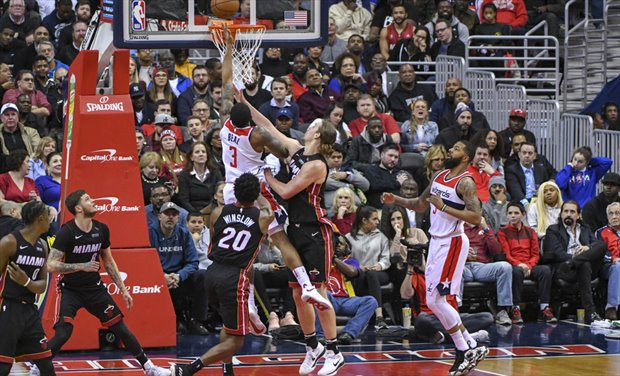 Beal anota ante Olynyk en el Wizards-Heat