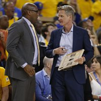 Steve Kerr habla con Mike Brown