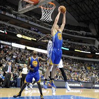 David Lee (capturando un rebote) y Andrew Bogut reinan en los tableros